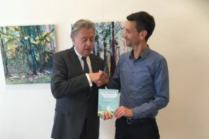 Voorzitter Klimaatberaad ontvangt eerste exemplaar boek CO2-neutraal ondernemen