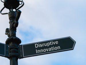 Disruptie beschrijft een proces waarin een kleiner bedrijf dat over minder resources beschikt erin slaagt om een gevestigde onderneming uit te dagen.